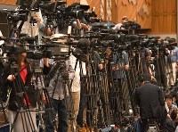 山口達也さんの強制わいせつ事件に関するTOKIOの記者会見に集まった多くのテレビカメラ=東京都千代田区で2018年5月2日午後3時15分、丸山博撮影