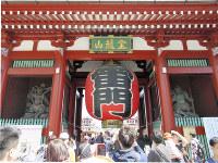 浅草・雷門前は、カメラやスマートフォンで写真を撮る観光客でごった返していた=東京都台東区で