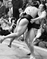 1987年大相撲夏場所3日目、千代の富士をうっちゃりで破った益荒雄(右)