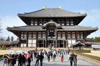 拝観料が100円値上げされた東大寺の大仏殿。外国人観光客の姿も目立つ=奈良市で、花澤茂人撮影