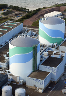 The No. 1 (foreground) and 2 reactors at Kyushu Electric Power Co.'s Sendai nuclear power plant in Satsumasendai, Kagoshima Prefecture, are seen in this October 2016 file photo. (Mainichi)