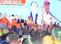 Former Malaysian Prime Minister Mahathir Mohamad addresses supporters of the opposition alliance during a rally at a soccer stadium on the outskirts of Kuala Lumpur on May 6, 2018. (Mainichi)