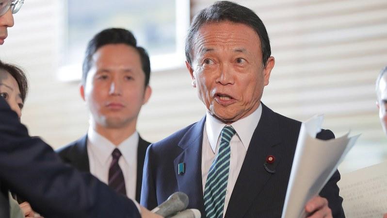 報道陣の質問に答える麻生太郎財務相=首相官邸で2018年4月27日、和田大典撮影