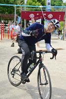 スナック菓子をくわえようと懸命な参加者=広島県尾道市の大山神社で、渕脇直樹撮影