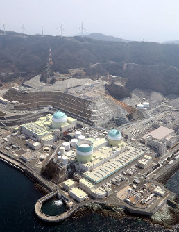 In this file photo, the No. 3 reactor, center left, of Shikoku Electric Power Co. Ikata Nuclear Power Station is seen from a Mainichi Shimbun helicopter on March 28, 2017. (Mainichi)