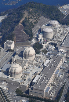 In this picture taken from a Mainichi Shimbun helicopter, the No. 1 to No. 4 reactors (from top to bottom) at the Oi Nuclear Power Station are seen in Oi, Fukui Prefecture, on March 14, 2018. (Mainichi)