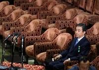 衆院予算委員会に参考人として出席する柳瀬唯夫元首相秘書官(現経済産業審議官)=国会内で2018年5月10日午前8時59分、宮武祐希撮影