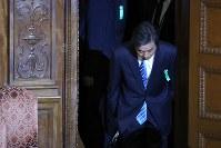 衆院予算委員会に参考人として出席し、委員会室を後にする柳瀬唯夫元首相秘書官(現経済産業審議官)=国会内で2018年5月10日午前9時35分、宮武祐希撮影