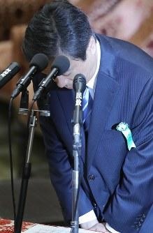 衆院予算委員会に参考人として出席し、頭を下げる柳瀬唯夫元首相秘書官(現経済産業審議官)=国会内で2018年5月10日午前9時2分、宮武祐希撮影
