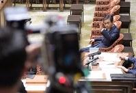 衆院予算委員会で答弁のため挙手する柳瀬唯夫元首相秘書官(現経済産業審議官)。手前はテレビカメラ=国会内で2018年5月10日午前9時17分、川田雅浩撮影