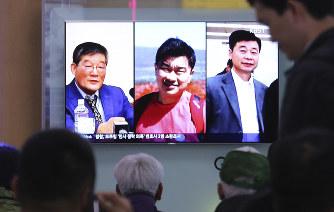北朝鮮:拘束の米国人3人解放 米...