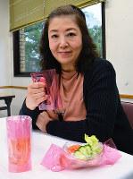 「6smile」で作ったコップや食器を紹介する当銀美奈子さん。コップは持ち手のある「マグカップ」にもなる=大阪市大正区千島2で、金志尚撮影