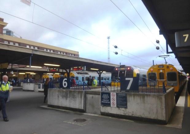 ウェリントン駅の16時台。北方向に行く通勤列車が次々と発車する