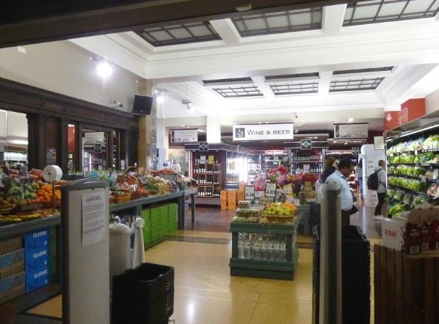 ウェリントン駅構内のミニスーパー。大型スーパーでも同じだったが野菜や果物の種類が意外に限られる