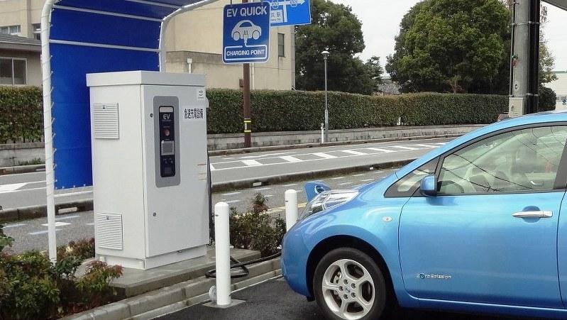 長浜市役所に設置された電気自動車用の急速充電器=2015年1月
