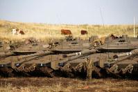 シリア国境に近いゴラン高原のイスラエル占領地で待機するイスラエル軍の戦車=2018年5月10日、ロイター