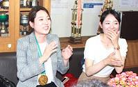 平昌五輪の応援のお礼に菊池市立菊池南中学校を訪問した菊池彩花さん(左)と妹萌水さん(右)=熊本県菊池市で