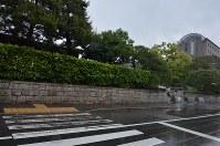歩道上にあった立て看板が撤去された京都大の正門前=京都市左京区で2018年5月13日午前10時26分、大東祐紀撮影