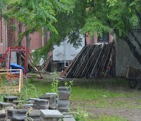 撤去された立て看板は京都大の吉田キャンパス内に移された。フェンスで囲まれていて近づくことはできない=京都市左京区で2018年5月13日午前10時11分、大東祐紀撮影
