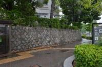 百万遍交差点に面した京都大の吉田キャンパス本部敷地の北西角。立て看板が撤去されていた=京都市左京区で2018年5月13日午前10時40分、大東祐紀撮影