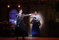 ミュージカル「メリー・ポピンズ」から、メリー・ポピンズ役の平原綾香(右)と島田歌穂=ホリプロ提供