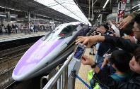 People take photos as West Japan Railway Co.'s 500 Type Eva Shinkansen bullet train gets ready to leave on its final run at JR Shin-Osaka Station in Osaka on May 13, 2018. (Mainichi)