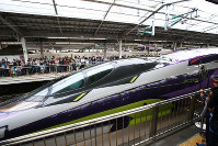 West Japan Railway Co.'s 500 Type Eva Shinkansen bullet train leaves on its final run from JR Shin-Osaka Station in Osaka on May 13, 2018. (Mainichi)