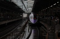 West Japan Railway Co.'s 500 Type Eva Shinkansen bullet train gets ready to leave on its final run at JR Shin-Osaka Station in Osaka on May 13, 2018. (Mainichi)