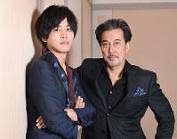 映画「狐狼の血」で共演した役所広司(右)と松阪桃李=大阪市北区で、山崎一輝撮影