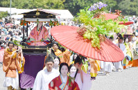 The Aoi Matsuri festival parade departs from the Kyoto Imperial Palace in Kyoto's Kamigyo Ward on May 15, 2018. (Mainichi)
