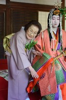 The heroine of the Aoi Matsuri festival, right, is seen with an attendant in Kyoto's Kamigyo Ward on May 15, 2018. (Mainichi)