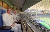 都市対抗野球の観戦に東京ドームを訪れた張本勲さん(手前)。奥は岸井成格・毎日新聞特別編集委員=2017年7月20日、西本勝撮影