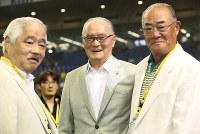東京都(セガサミー)の激励に駆けつけた長嶋茂雄さん(中央)。右は張本勲さん、左は毎日新聞特別編集委員の岸井成格さん=東京ドームで2015年7月20日、小川昌宏撮影