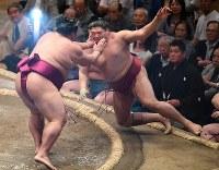 【大相撲夏場所3日目】御嶽海(左)が阿炎を押し倒しで降す=東京・両国国技館で2018年5月15日、丸山博撮影