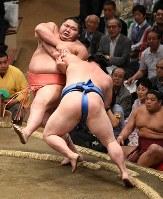 【大相撲夏場所3日目】正代(手前)が千代大龍を押し倒しで破る=東京・両国国技館で2018年5月15日、丸山博撮影