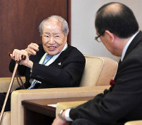 Sunao Tsuboi, left, speaks with Hiroshima Mayor Kazumi Matsui about his campaigning for peace in Hiroshima's Nishi Ward on April 5, 2018. (Mainichi)