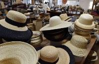 工場内に並ぶ麦わら帽子=埼玉県春日部市の「田中帽子店」で2018年5月11日、西本勝撮影