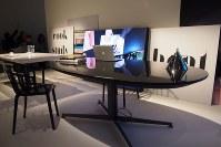 ライフスタイルの変化に対応し考案された、卓上での料理が可能なカルテルの新作テーブル。イタリアの有名デザイナー、ピエロ・リッソーニさんがデザインした=2018年4月17日、永田晶子撮影