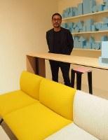 デザイナーの岩崎一郎さんと、新作の組み合わせ式家具=2014年4月17日、永田晶子撮影
