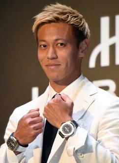 時計メーカーのイベントに登場し、ポーズをとる本田圭佑=東京都渋谷区で2018年5月16日午後1時36分、藤井太郎撮影