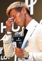 時計メーカーのイベントに登場し、質問への答えを考える本田圭佑=東京都渋谷区で2018年5月16日午後1時28分、藤井太郎撮影