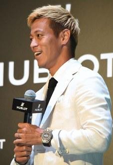 時計メーカーのイベントに登場し、質問に笑顔を見せる本田圭佑=東京都渋谷区で2018年5月16日午後1時32分、藤井太郎撮影