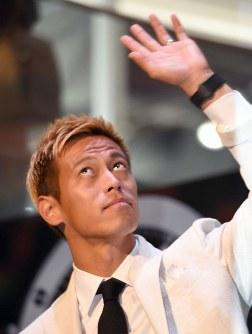 時計メーカーのイベントに登場し、ファンの声援に応える本田圭佑=東京都渋谷区で2018年5月16日午後1時36分、藤井太郎撮影