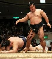 鶴竜を押し倒しで破る松鳳山(右)=東京・両国国技館で2018年5月16日、玉城達郎撮影