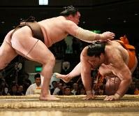 上手出し投げで魁聖を降す白鵬(左)=東京・両国国技館で2018年5月16日、玉城達郎撮影