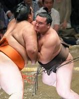 魁聖を上手出し投げで降した白鵬(右)=東京・両国国技館で2018年5月16日、手塚耕一郎撮影