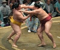 遠藤(左)を突き出しで破る阿炎=東京・両国国技館で2018年5月16日、手塚耕一郎撮影
