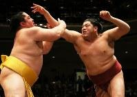 遠藤と激しく張り合う阿炎(右)=東京・両国国技館で2018年5月16日、玉城達郎撮影