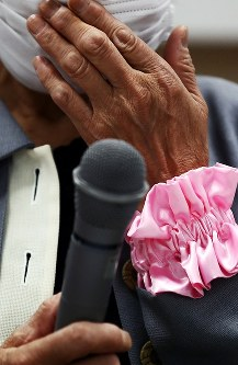 旧優生保護法に基づき不妊手術を強制されたとして提訴し、記者会見で声を詰まらせながら思いを語る原告の女性=仙台市青葉区で2018年5月17日午前11時11分、喜屋武真之介撮影