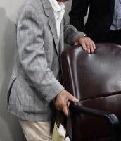 旧優生保護法下に置ける強制不妊治療に関して提訴後、記者会見に臨む原告の男性=東京都千代田区で2018年5月17日午前10時2分、藤井達也撮影